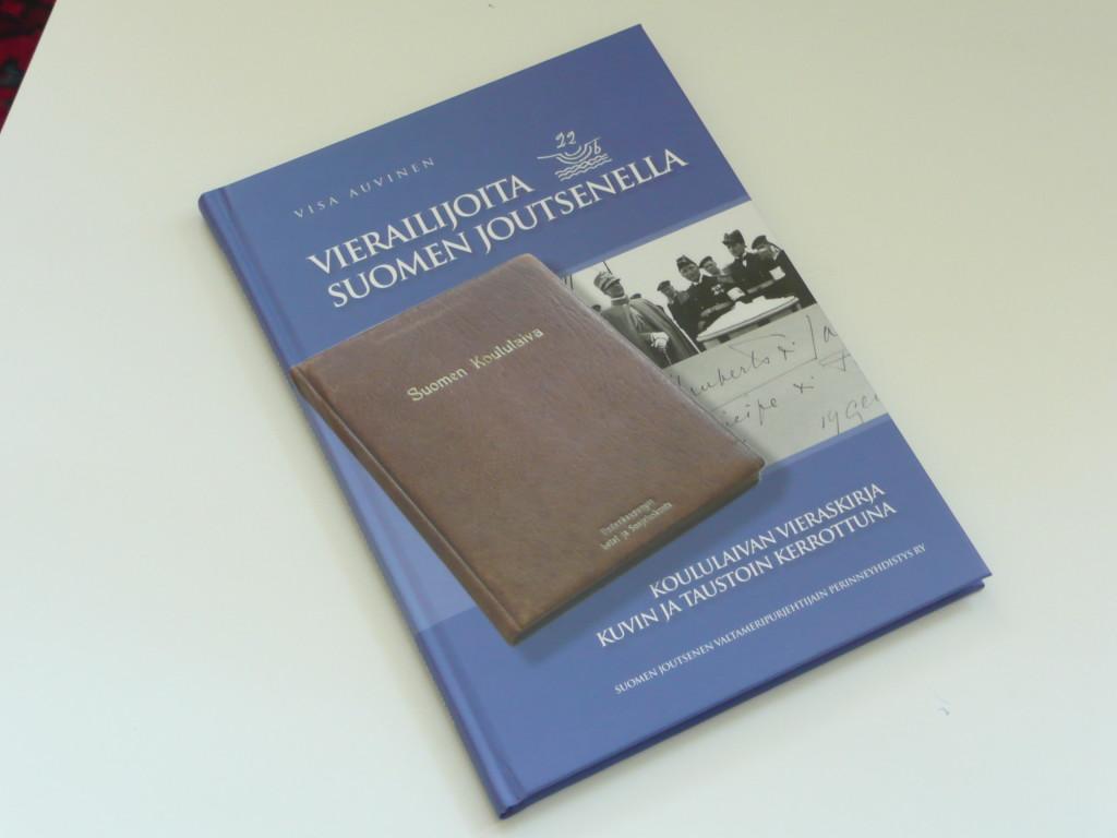 """""""Vieraita Suomen Joutsenella, koululaivan vieraskirja kuvin ja taustoin kerrottuna"""". Kirja julkaistiin vuonna 2009."""