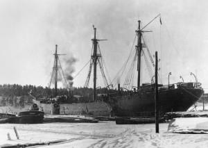 Suomen Joutsen Naantalin Sahan laiturissa sodan aikaisessa asussaan kyljessään huollettavia.
