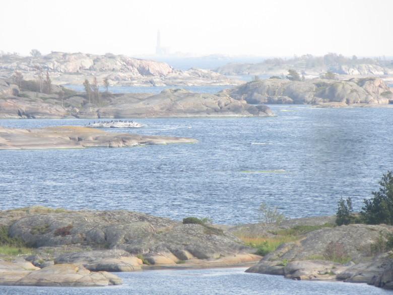 Näköalapaikalta lähellä ruokalaa näkyy horisontissa Bengtskärin majakka, jonne Örön linnake ampui vuonna 1941 karkoittaakseen siellä maihinnousseen vihollisen.