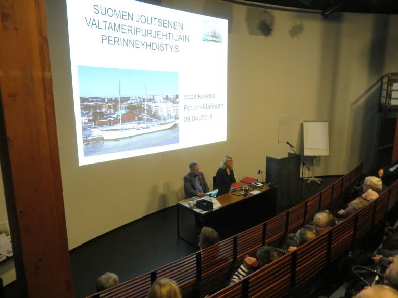 Vuosikokous RUUMAssa - kokousta johtaa puheenjohtaja Juhani Toikka sihteerinään Mirja Kärkäs-Lainio.