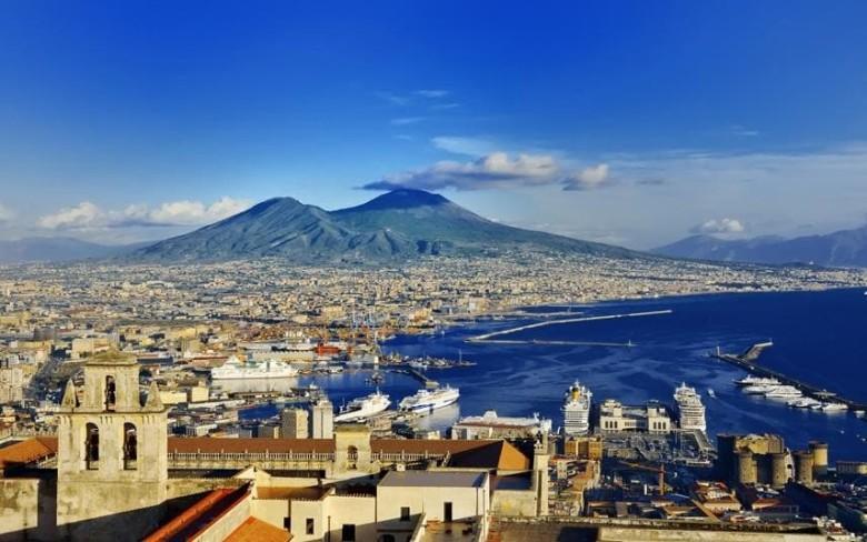 Napolin lahti taustalla Vesuvius. Kuvan oikeassa alalaidassa on Castel Nuovo ja sen edessä laituri, jossa Joutsen oli.
