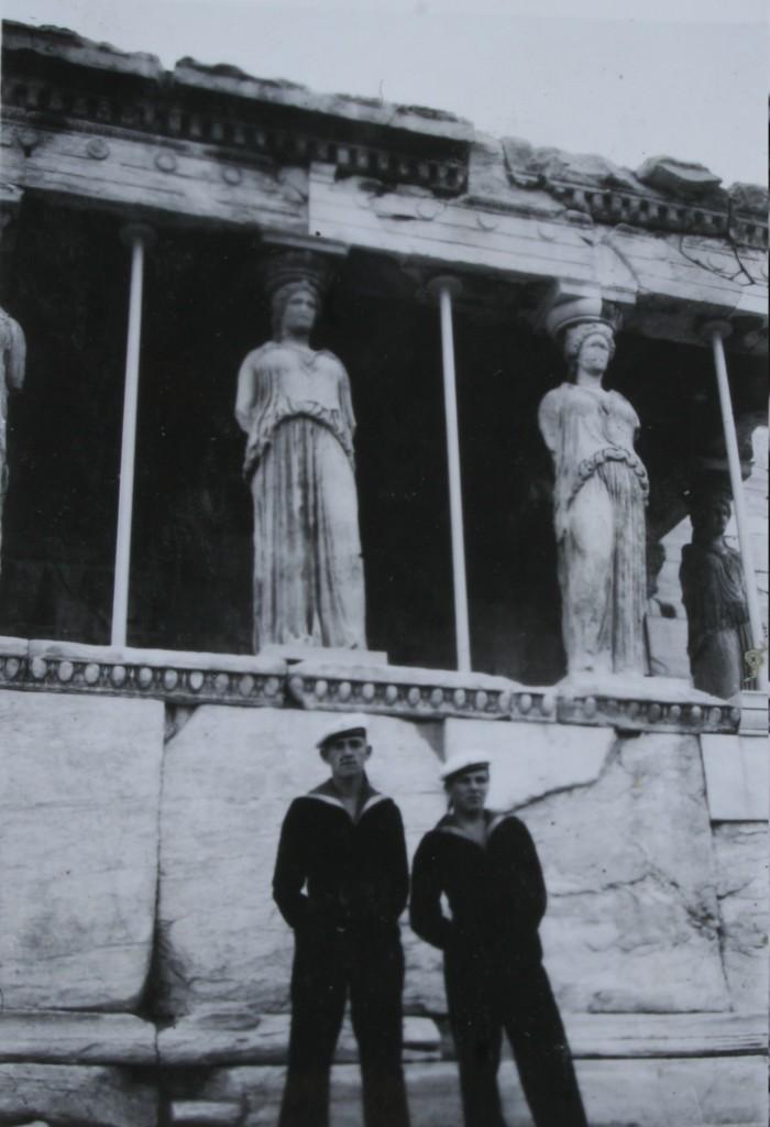 Joutsenen matruuseja Erekteionin edessä takanaan kariatydi-patsaat.