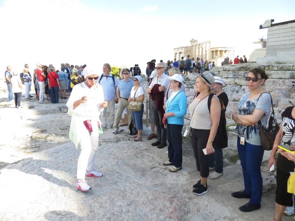 Oppaamme Pirjo Fragkopoulos Akropolilla.