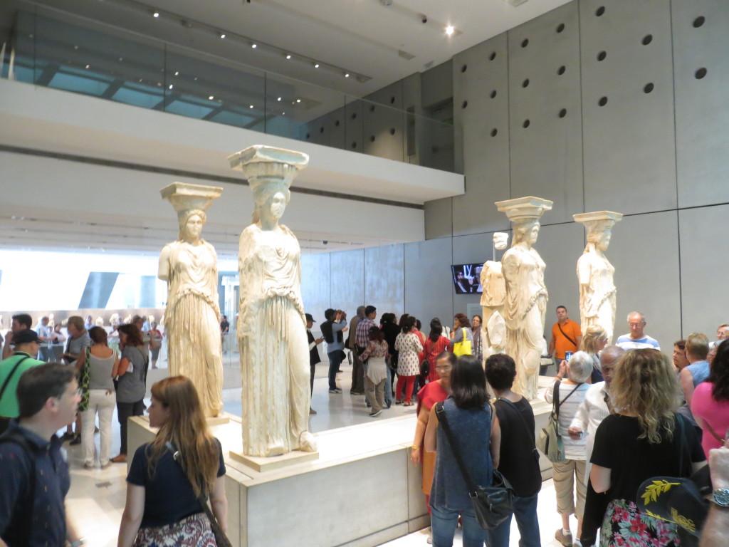 Erekteion temppelin alkuperäiset Kyriatidi-patsaat pvat uudessa Akropolis-museossa.