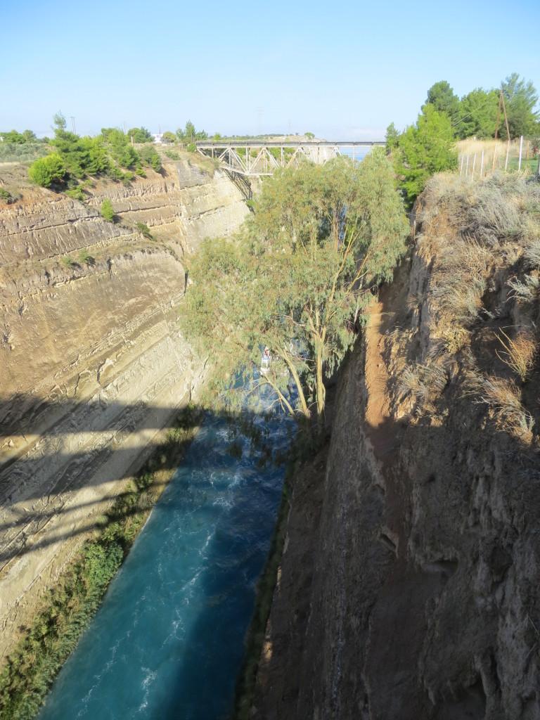 Korintin kanavan reunat ovat jyrkkiä.