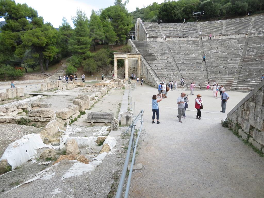 Epidauruksen teatteri, vasemmalla esiintymislavat.