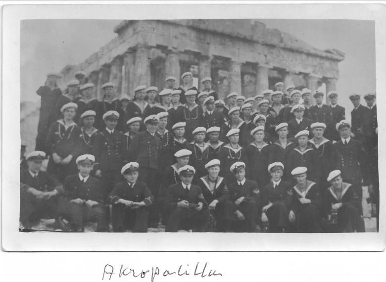 Joutsenen väki kuvattiin Parthenonin edessä.