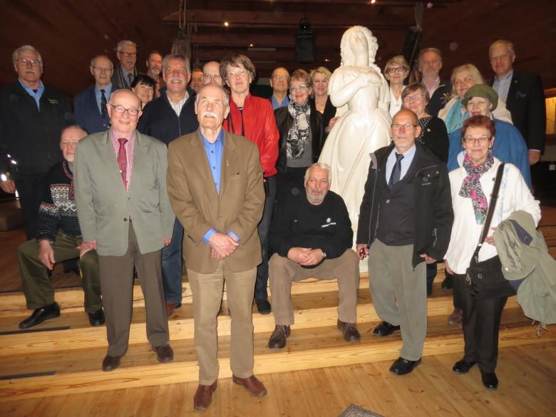 Vuosikokoukseen 2016 osallistuneet Ukin museossa tuntemattoman keulakuvan vieressä.