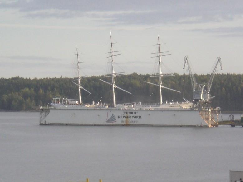 Uiva telakka ja Suomen Joutsen kuvattuna pohjoisesta. Kuva Riitta Schütt.