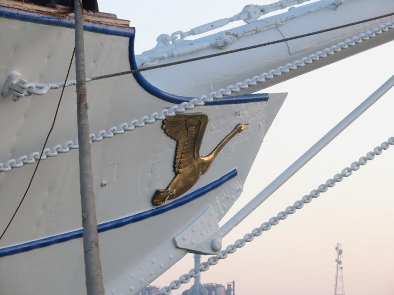 Telakoinnin aikana koko laiva ja myös keulan joutsenet olivat saaneet uudistetun ilmeen