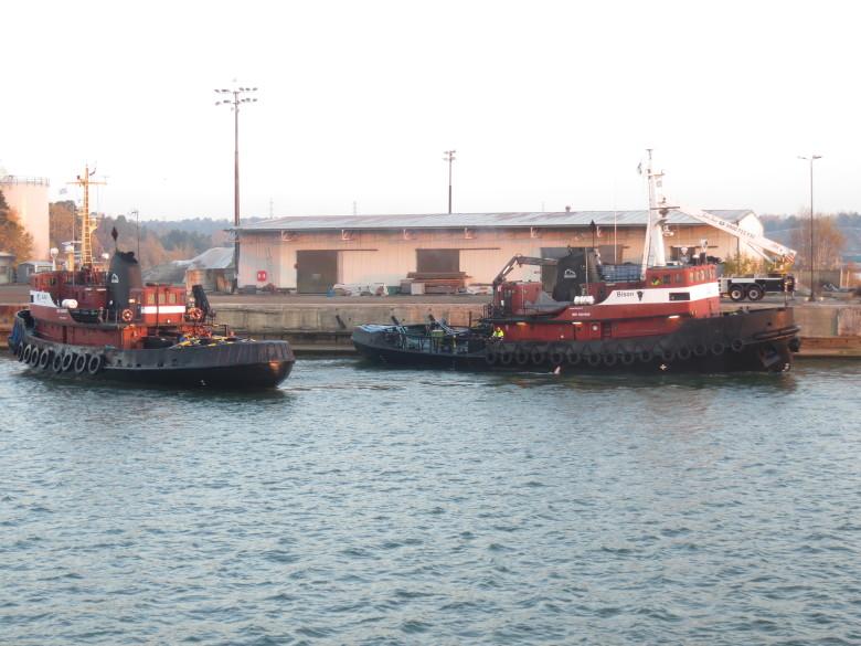 Paluumatkalla Joutsenta hinasivat kaksi entistä Ruotsin laivaston alusta Ajax ja Bison. Kaksi entistä sotalaivaa hinasi entistä sotalaivaa!