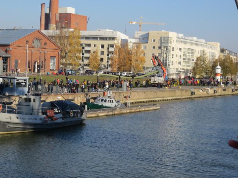 Suuri väkijoukko oli odottamassa Joutsenen saapumista sen pesäpaikalle Forum Marinum -merikeskuksen rantaan.