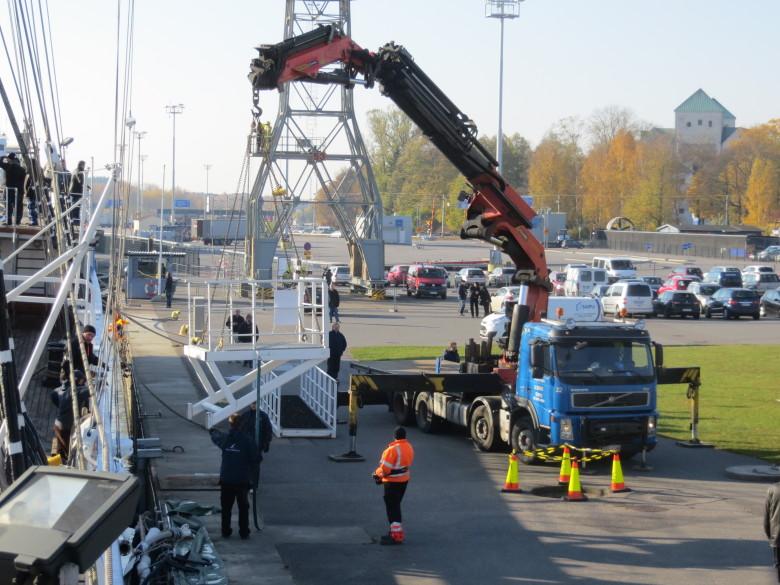 Suomen Joutsen on jälleen kotona ja langkongia nostetaan paikoilleen. Museoalus on taas valmiina arvokkaaseen tehtäväänsä.