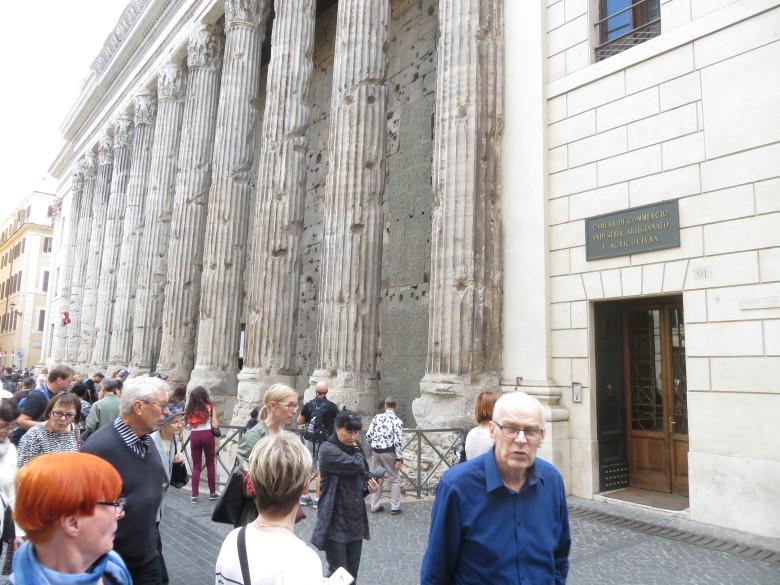 Roomassa vanhoja rakennuksia oli riittävästi. Tässä retkeläisten taustana kaupan, teollisuuden, taiteen ja maanviljelyn rakennus. Keskellä kuvaa vaaleatukkainen oppaamme Pauliina.