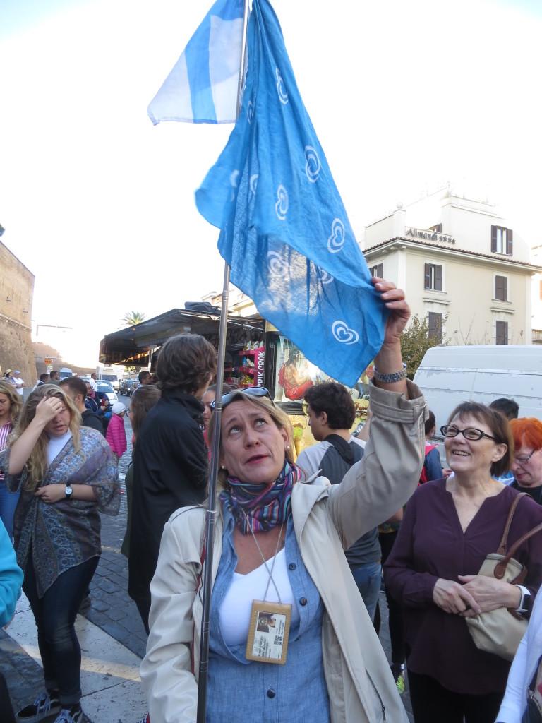 Rooman oppaamme Heidi oli varustautunut hyvin näkyvällä opastusmerkillä, ylimpänä Suomen lippu.