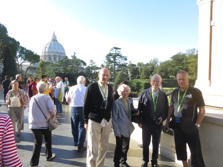 Retkeläiset valmistautumassa Vatikaanin museoihin tutustumiseen. Kaikilla on kuulokoje vihreine johtoineen, jonka avulla opas piti joukkoa koossa ja kertoi kokoelmista.