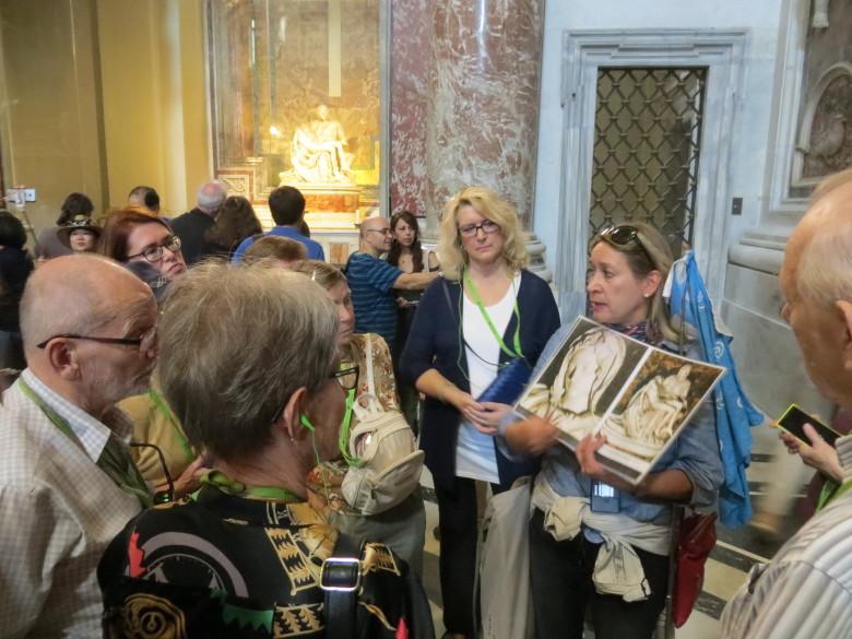 Heidi kertoo Pietarin kirkossa Pieta -veistoksesta.