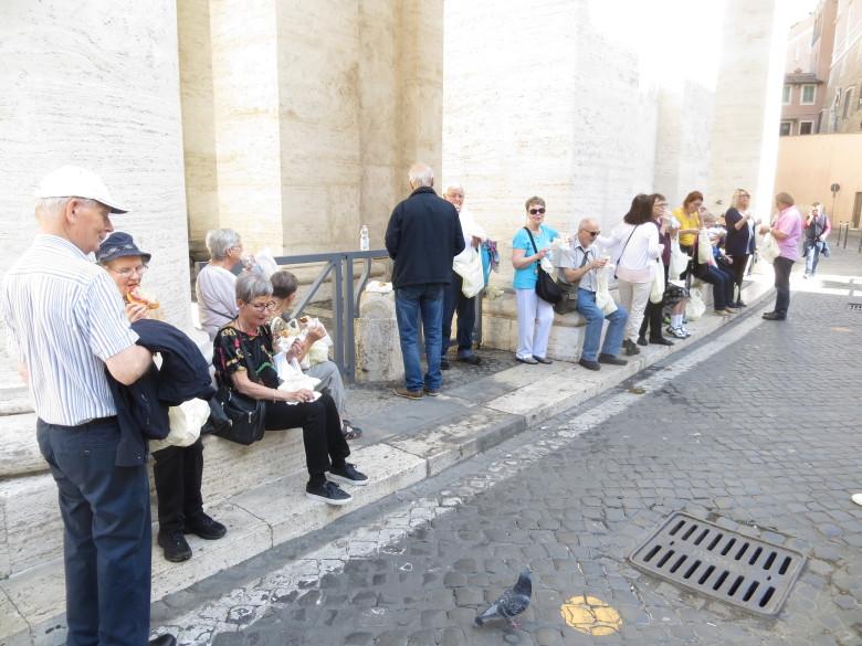 Retkipäivä Vatikaaniin ja Pietarin kirkkoonoli pitkä ja niin välillä nautittiin matkaeväitä.