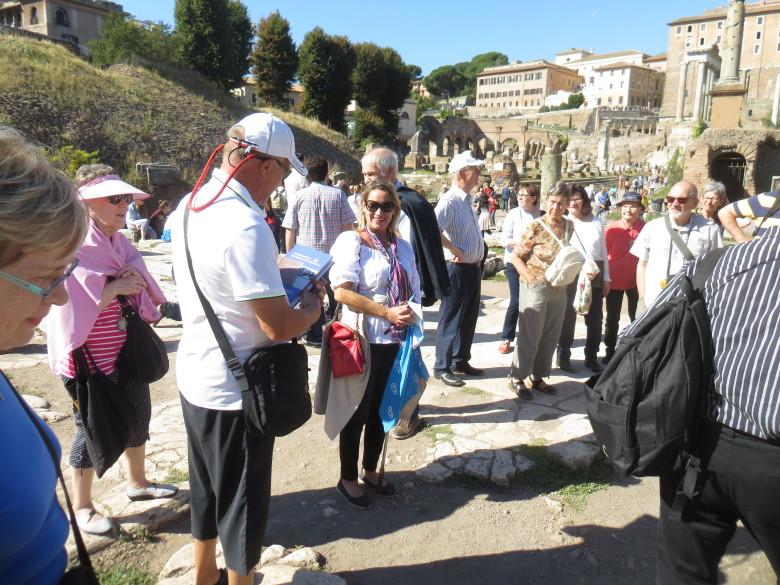 Forum Romanumilla loppui Heidin urakka meidän kanssamme ja matkan johtaja luovutti hänelle muistoksi mm. Napolista kertovan SJ-kirjan.