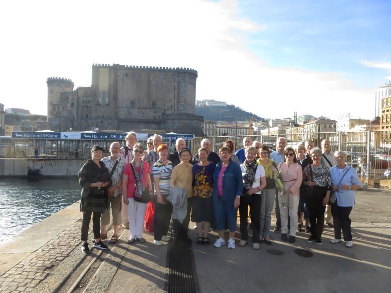 Koko matkan pääkohde oli Napolin satama ja laituri, jossa Suomen Joutsen oli v. 1934. Matkalaisten vasemmalla puolella on laituriosuus, jossa Joutsen oli kiinnitettynä, taustana Castello Nuovo.