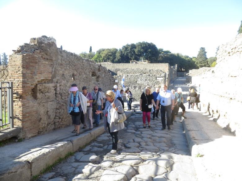 Esiin kaivettuun Pompeijin kaupunkiin tutustuminen oli kuin olisi matkustettu aikakoneessa 1900 vuotta taaksepäin.