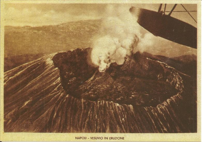Vesuviuksen huipulta ostetussa postikortissa on kuva kraaterista ennen vuoden 1944 purkausta eli sellaisena, kuin Suomen Joutsenen pojat sen näkivät.