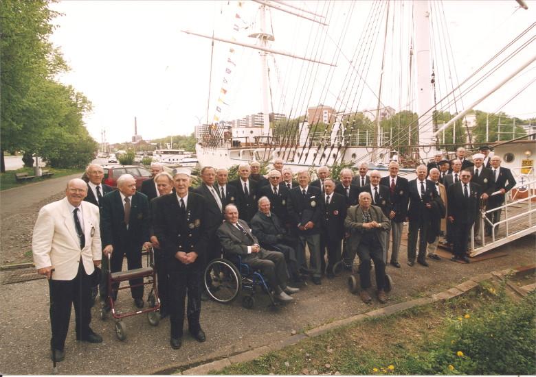 Suomen Joutsenen 1930 -luvun purjehtijat viimeisessä  kokouksessaan Turussa 24.5.2000.
