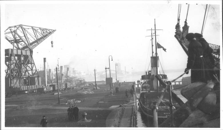 Hinaaja Seaman vetämässä Joutsenta telakka-altaaseen Hullissa.