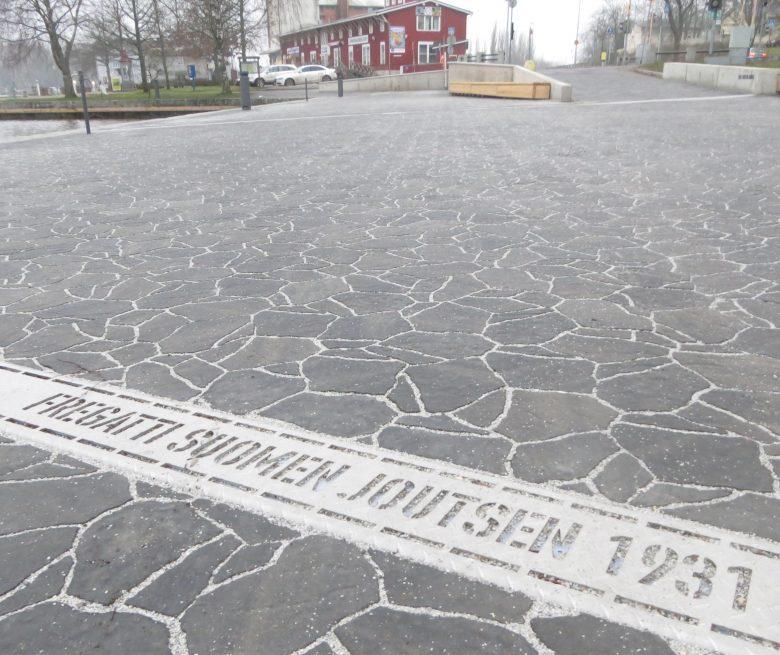 Uudenkaupungin Pakkahuoneen uusittua laituria. Vuosi 1931 viittaa Joutsenen peruskorjauksen valmistumiseen.